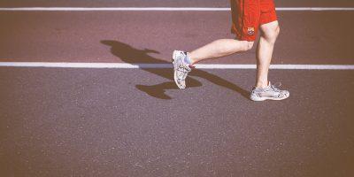 Läuferbeine auf Laufbahn