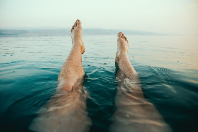 Beine im Wasser