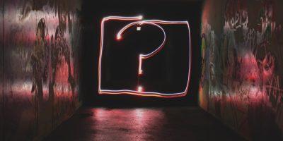 Leuchtinstallation mit Fragezeichen