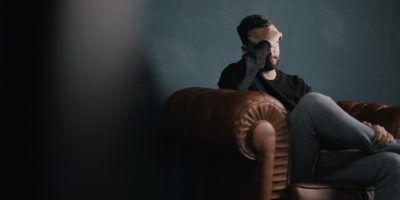 Mann sitzt im Sessel