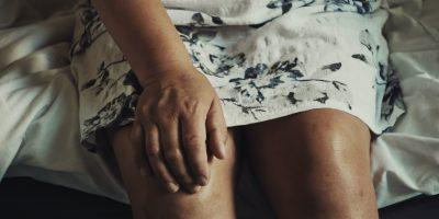 Zwie Kniee einer sitzenden Frau