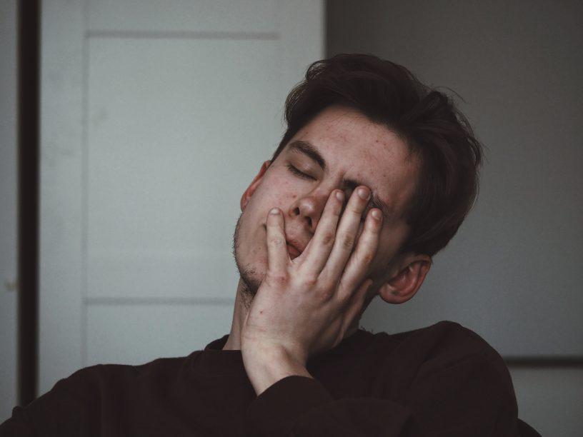 Kopfschmerz-Patienten sollten in Absprache mit dem Apotheker das passende Medikament aussuchen, weiß die Apothekerkammer Hamburg.
